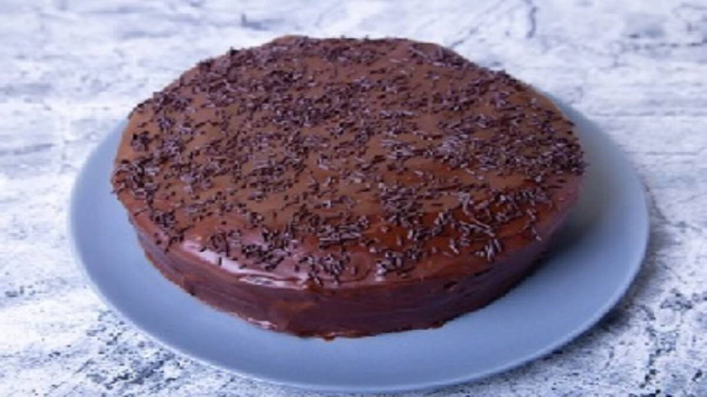Bolo de chocolate que sai recheado do forno